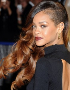Rihanna-Hairstyles-Edgy-chic-Side-swept-Long-Curls1