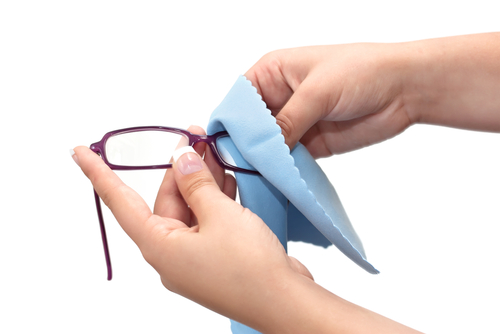 Cleaning-Eyeglasses-04